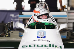 Martin Brundle demonstrates a six-wheeled FW08