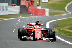 Sebastian Vettel, Ferrari SF70H, front delaminating tyre