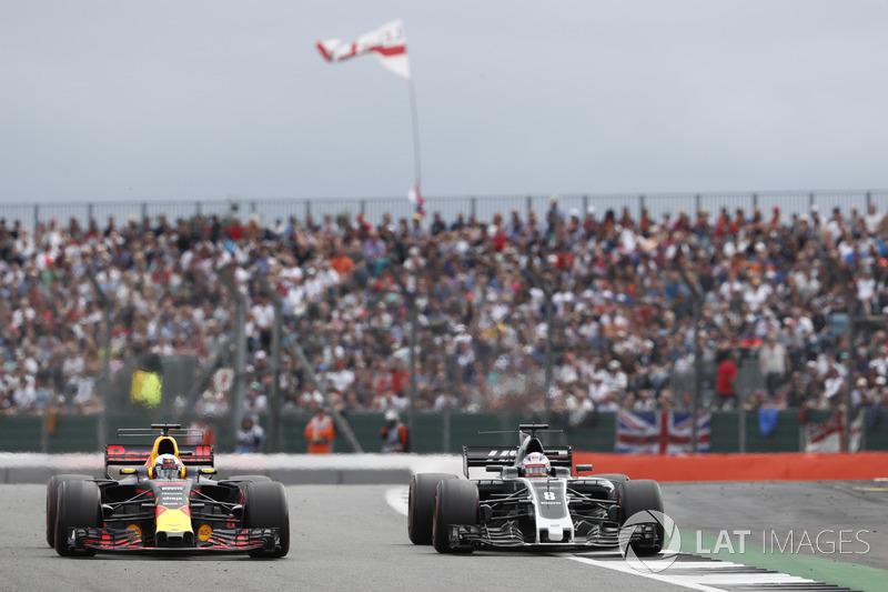 Daniel Ricciardo, Red Bull Racing RB13, pasa a Romain Grosjean, Haas F1 Team VF-17