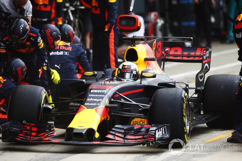 Daniel Ricciardo, Red Bull Racing RB13, pit stop