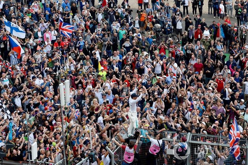 Ganador de la carrera Lewis Hamilton, Mercedes AMG F1, celebra con los fans