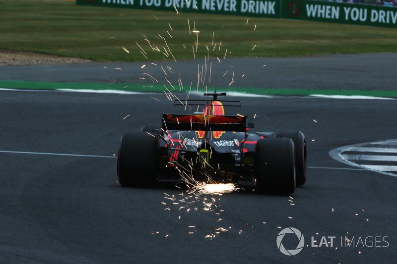 Daniel Ricciardo, Red Bull Racing RB13, desprende chispas