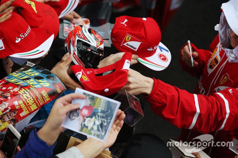 Kimi Raikkonen, Ferrari, firma autografi ai tifosi