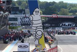 Grid and pit lane at start