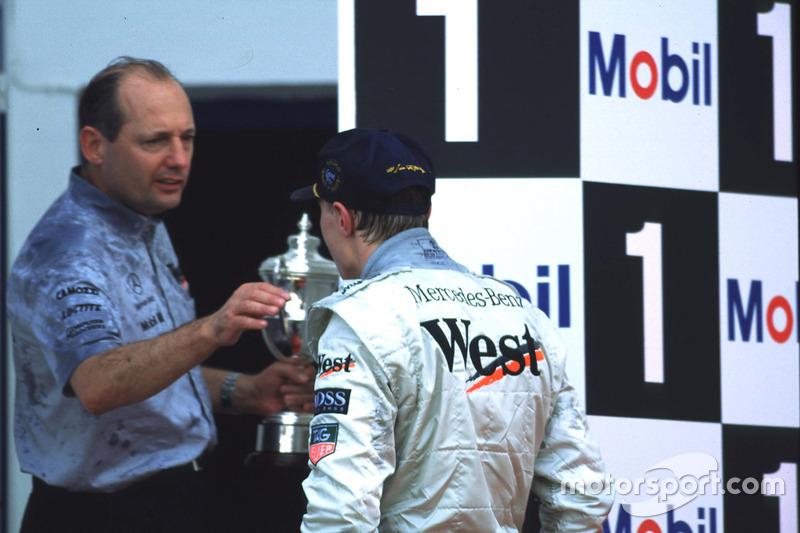 Mika Hakkinen y Ron Dennis celebran primera victoria de Mika