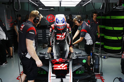 Romain Grosjean, Haas F1 Team, s'installe dans son cockpit