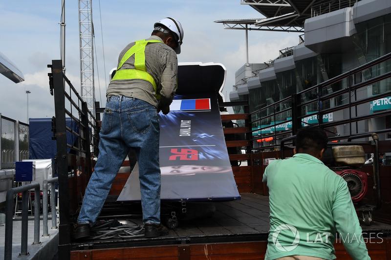 The garage board of Daniil Kvyat, Scuderia Toro Rosso is removed