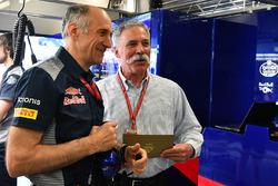 Руководитель команды Scuderia Toro Rosso Франц Тост и председатель Formula One Group Чейз Кэри