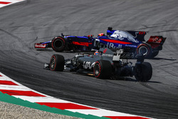 Romain Grosjean, Haas F1 Team VF-17 passe Carlos Sainz Jr., Scuderia Toro Rosso STR12 qui est en tête-à-queue