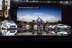 Dr. Dieter Zetsche, Presidente del Consejo de dirección de Daimler AG y jefe de los coches de Mercedes Benz, con el showcar Mercedes-AMG Project ONE y la visión inteligente EQ fortwo