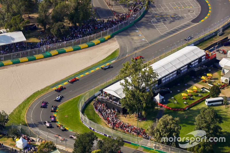 Lewis Hamilton, Mercedes AMG F1 W08, leads Sebastian Vettel, Ferrari SF70H, Valtteri Bottas, Mercedes AMG F1 W08, Kimi Raikkonen, Ferrari SF70H, Max Verstappen, Red Bull Racing RB13, and Felipe Massa, Williams FW40, at the start