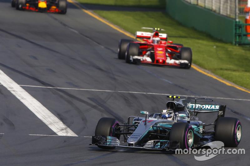 Valtteri Bottas, Mercedes AMG F1, W08: Kimi Räikkönen, Ferrari, SF70H; Max Verstappen, Red Bull Raci