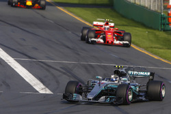 Valtteri Bottas, Mercedes AMG F1 W08, leads Kimi Raikkonen, Ferrari SF70H, and Max Verstappen, Red Bull Racing RB13