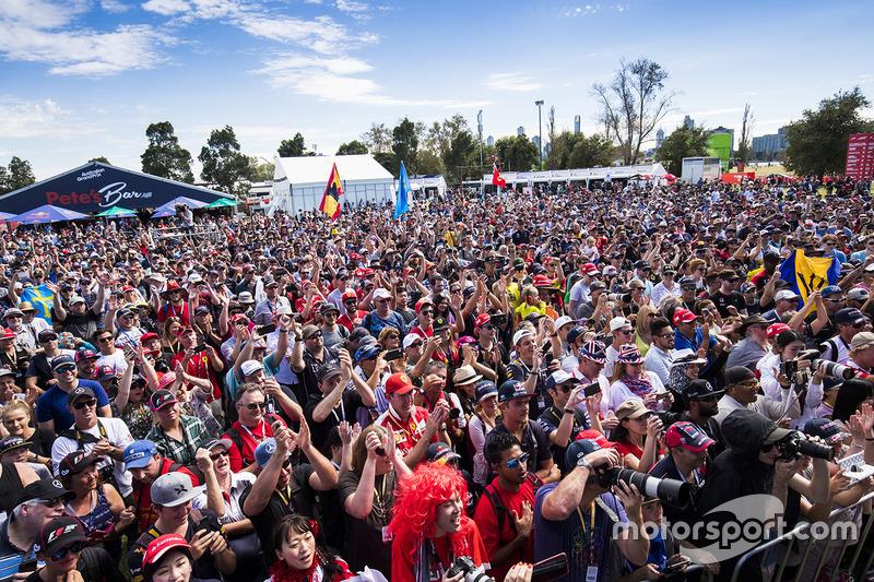 Fans verfolgen eine Bühnenshow mit den F1-Fahrern
