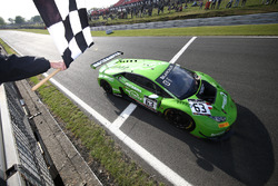 #63 GRT Grasser Racing Team Lamborghini Huracan GT3: Christian Engelhart, Mirko Bortolotti, passeert de finishvlag