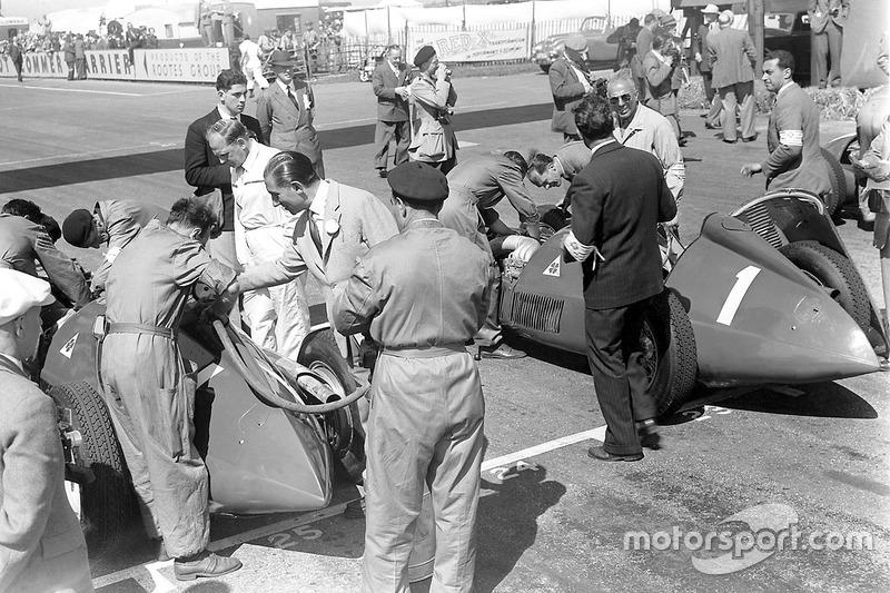 Заправка пальним болідів Alfa Romeo перед гонкою