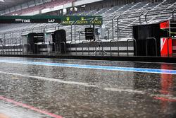 Il pleut dans la pitlane