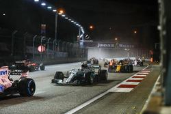 Valtteri Bottas, Mercedes AMG F1 W08, Jolyon Palmer, Renault Sport F1 Team RS17, ve Sebastian Vettel, Ferrari SF70H