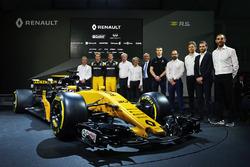 Слева направо: технический директор Renault Sport F1 Боб Белл, пилоты Renault Sport F1 Нико Хюлькенберг и Джолион Палмер, президент Renault Sport F1 Жером Столл, Ален Прост, третий пилот Renault Sport F1 Сергей Сироткин, исполнительный вице-президент Renau