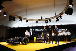 Пилоты Renault F1 - Джолион Палмер, Кевин Магнуссен и Эстебан Окон, тестовый пилот Renault F1 и Карл