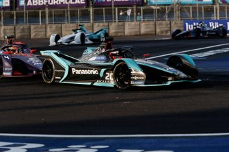 Mitch Evans, Panasonic Jaguar Racing, Jaguar I-Type 3 in attack mode leads Robin Frijns, Envision Virgin Racing, Audi e-tron FE05