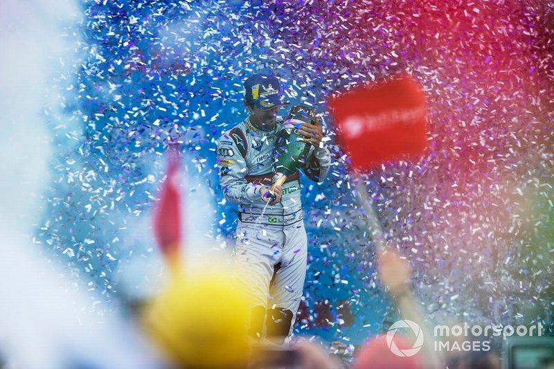 Ganador de la carrera Lucas Di Grassi, Audi Sport ABT Schaeffler celebra en el podio