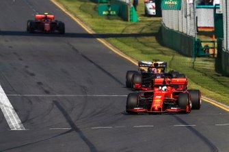 Sebastian Vettel, Ferrari SF90, precede Max Verstappen, Red Bull Racing RB15, e Charles Leclerc, Ferrari SF90