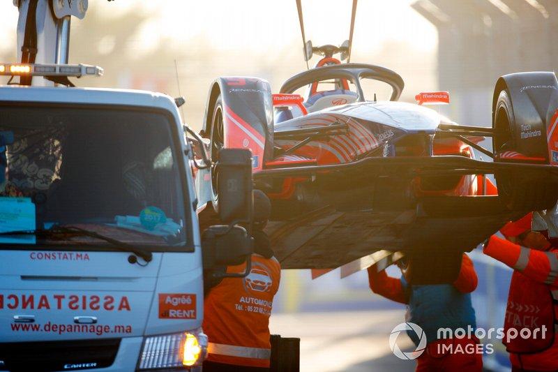 Los comisarios con el coche de Pascal Wehrlein, Mahindra Racing, M5 Electro
