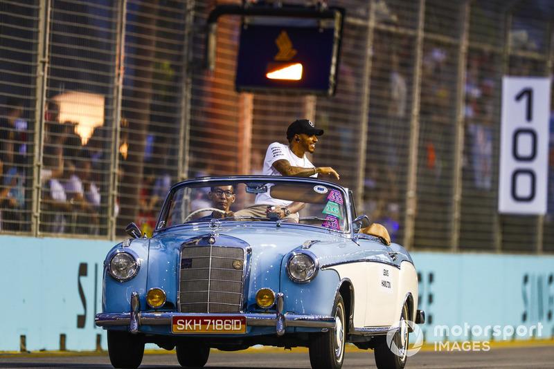 Lewis Hamilton, Mercedes AMG F1, en un Mercedes en el desfile de pilotos