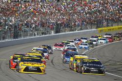 Restart: Matt Kenseth, Joe Gibbs Racing Toyota, Carl Edwards, Joe Gibbs Racing Toyota lead