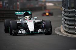 Льюис Хэмилтон, Mercedes AMG F1 W07 едет впереди Даниэля Риккардо, Red Bull Racing RB12