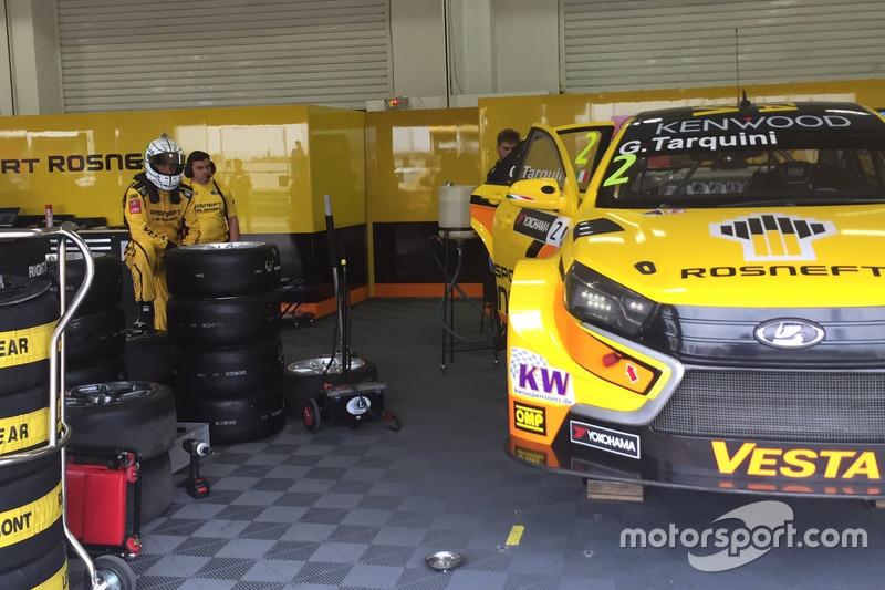 Gabriele Tarquini aspetta che venga sostituito il motore della sua LADA Vesta TC1