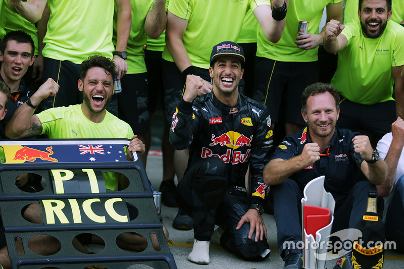 Race winner Daniel Ricciardo, Red Bull Racing celebrates with team mate Max Verstappen, Red Bull Racing, Dr Helmut Marko, Red Bull Motorsport Consultant, Christian Horner, Red Bull Racing Team Principal, and the team