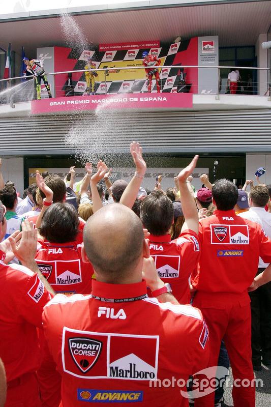 Podium : le vainqueur Valentino Rossi, Repsol Honda Team, le deuxième Max Biaggi, Pramac Pons, le troisième Troy Bayliss, Ducati Team