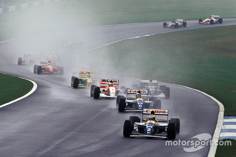 Ayrton Senna atraviesa el grupo en la primera vuelta, y Alain Prost líder