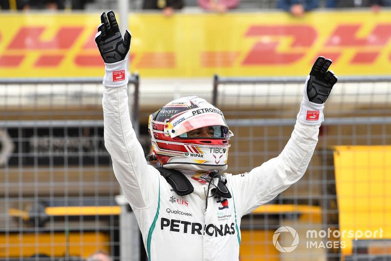 Il poleman Lewis Hamilton, Mercedes AMG F1, festeggia nel parco chiuso