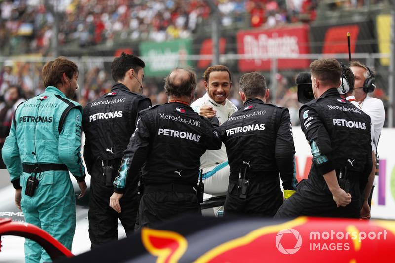 Lewis Hamilton, Mercedes AMG F1, fête son cinquième titre avec son équipe