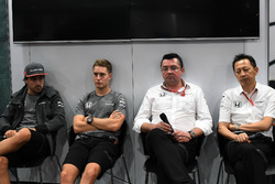 Fernando Alonso, McLaren, Stoffel Vandoorne, McLaren, Eric Boullier, McLaren Racing Director and Yus