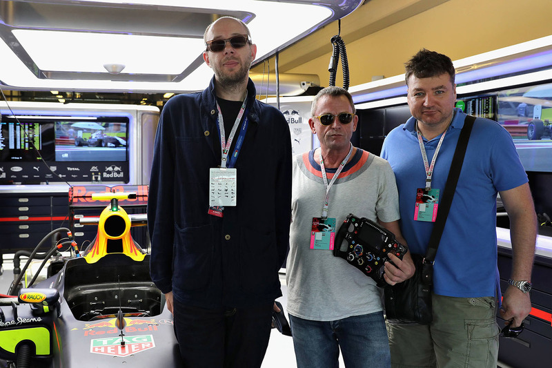 Los Chemical Brothers en el garaje de Red Bull Racing