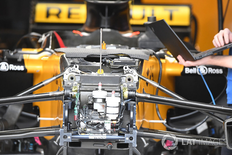 Detalle de la suspensión delantera y del chasis del Renault Sport F1 Team RS17