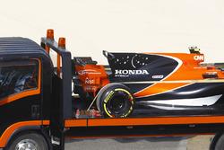 La monoposto di Stoffel Vandoorne, McLaren MCL32, viene riportata al box