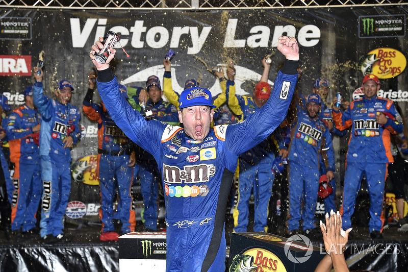 Pela segunda vez na história da NASCAR, um piloto consegue 'varrer' um fim de semana completo. E assim como em 2010, Kyle Busch realizou o feito novamente em Bristol.