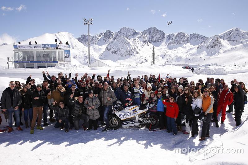Photo de groupe du team Avintia Racing et des invités