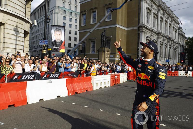 Даніель Ріккардо, (Red Bull) вітає публіку