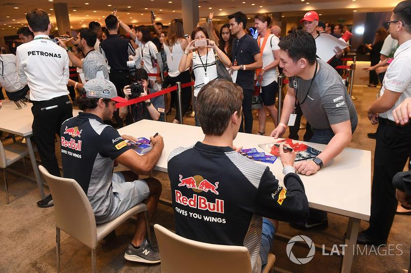 Carlos Sainz Jr., Scuderia Toro Rosso, und Daniil Kvyat, Scuderia Toro Rosso, geben Autogramme