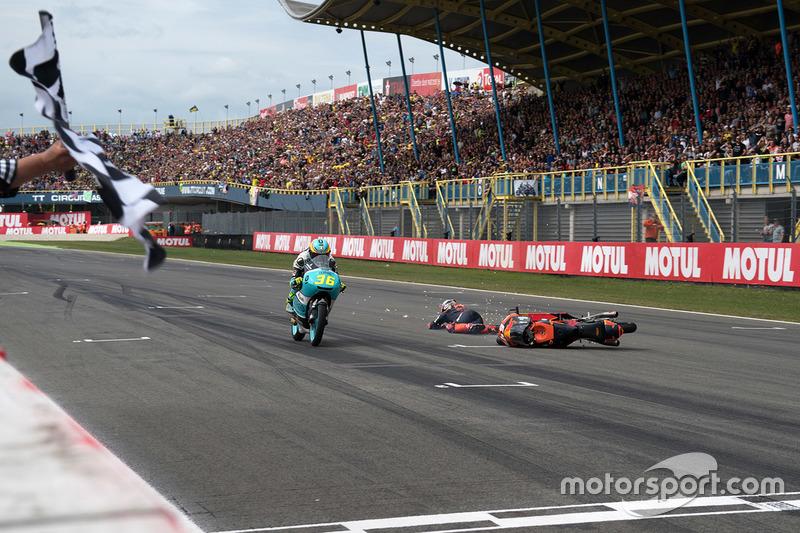 Joan Mir, Leopard Racing, Bo Bendsneyder, Red Bull KTM Ajo caída