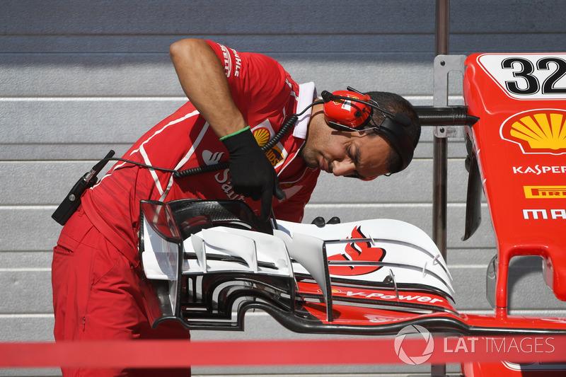 Mecánico de Ferrari, el detalle de ala del coche de Charles Leclerc, Ferrari SF17-JB