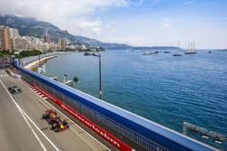 Даниэль Риккардо, Red Bull Racing RB13, и Льюис Хэмилтон, Mercedes AMG F1 W08