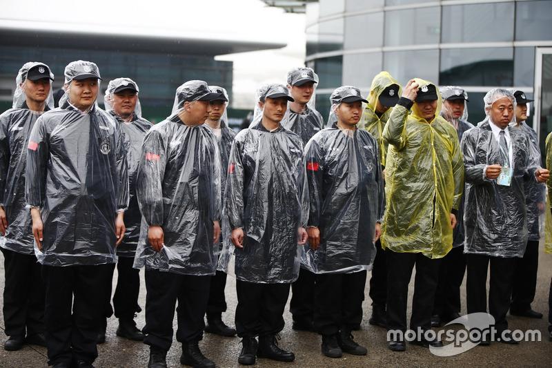 Sicherheitsleute mit Regenumhängen