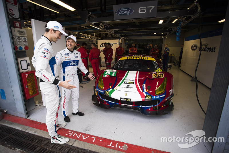 Andy Priaulx, Harry Tincknell, Ford Chip Ganassi Racing, mit dem #51 AF Corse Ferrari 488 GTE in ihrer Box